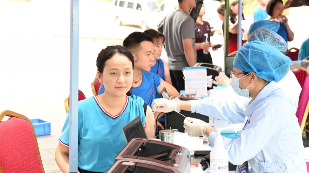 暖心!医护人员进扬翔猪场为900名多员工打疫苗